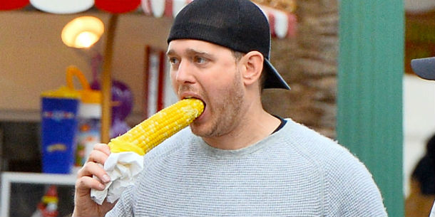 landscape-1460548580-michael-buble-eating-corn-on-cob-wrong