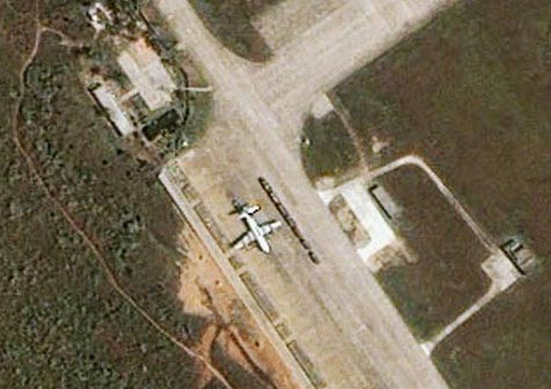 11 Crippled U.S. plane sitting on the parking ramp of an airbase on China's Hainan Island_tn