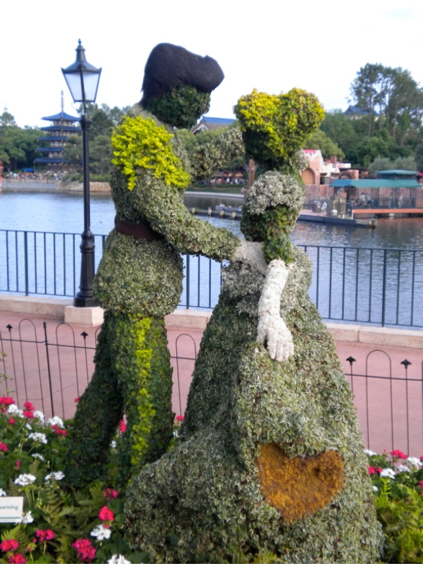 www.mouseplanet.com Prince Charming and Cinderella Topiary
