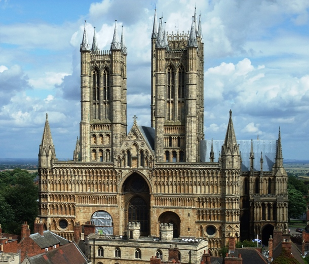 en.wikipedia.org Main_front_of_Lincoln_Cathedral,_2009