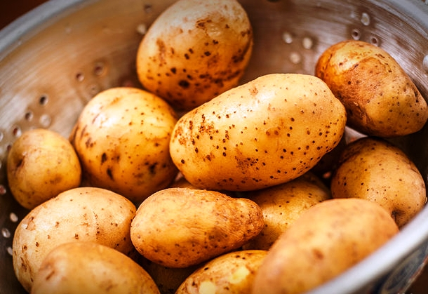 670px-Decide-Whether-or-Not-to-Peel-Potatoes-Step-1