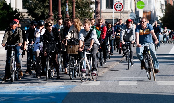 Cyclists_at_red