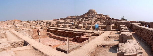 Panoramic_view_of_the_stupa_mound_and_great_bath_in_Mohenjodaro