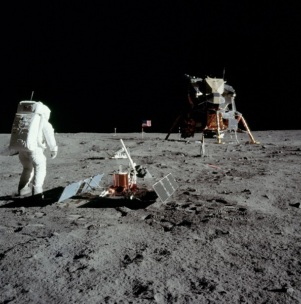 Buzz Aldrin_with_experiment