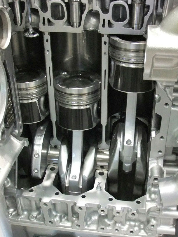 Internal_combustion_engine_pistons_of_partial_cross-sectional_view