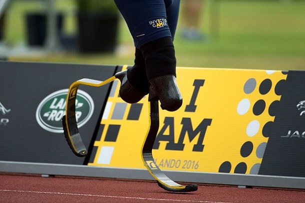 A_runner_with_a_pair_of_running_blades_runs_past_the_2016_Invictus_Games