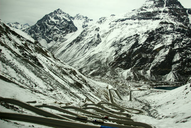 Switchbacks_on_the_road_up_to_Tunel_del_Cristo_Redentor