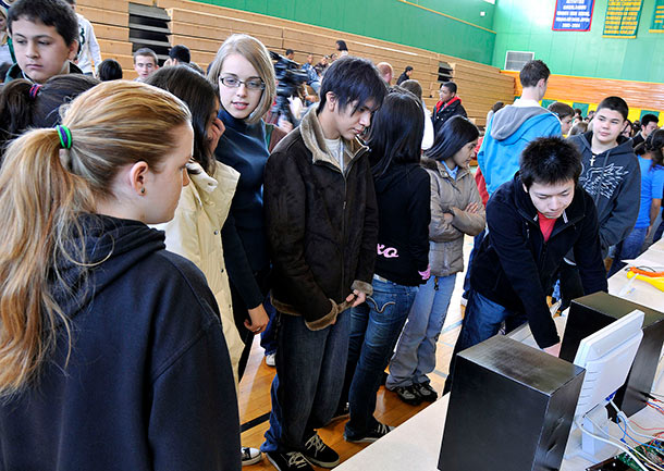 Japanese_students_share_technology_with_Misawa_students_DVIDS150624