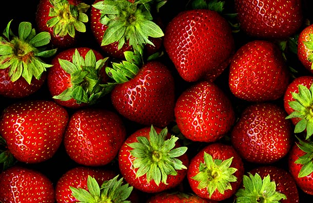 1600px-Strawberries_with_hulls_-_scan