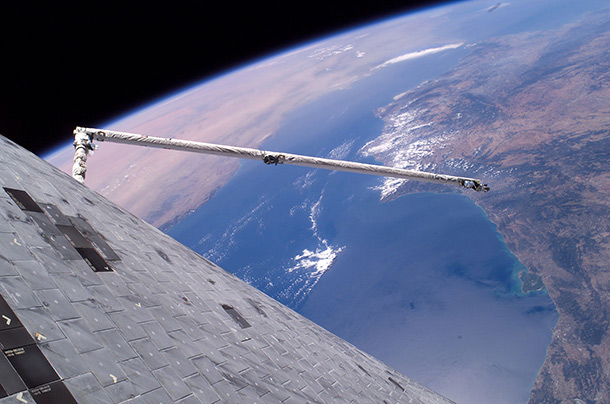Discovery's_underside_floats_over_the_Earth_in_this_first-of-its-kind_view-1