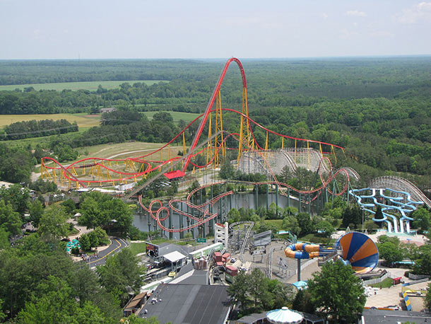 Intimidator_305_ride_as_seen_from_Eiffel_Tower