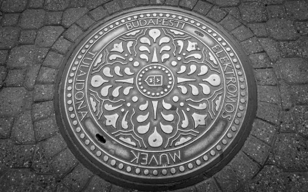 Manhole_cover_in_Budapest
