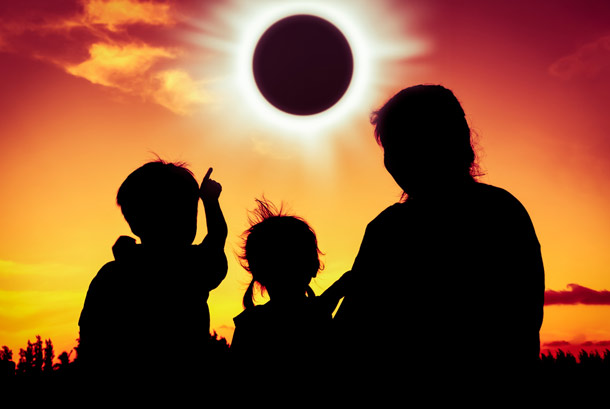 Family_watching_solar_eclipse