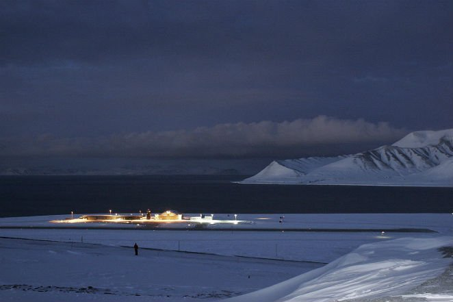 1200px-Svalbard_Airport_-_Longyear_NO